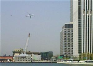 The primary presidential aircraft, a Boeing 747 known as Air Force One when the president is aboard, flies low over New York Harbor, Monday, April 27, 2009.   (AP Photo/Jason McLane)